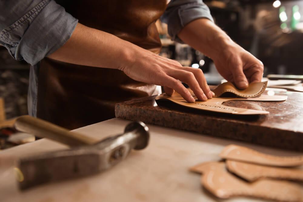 革製品を作る職人