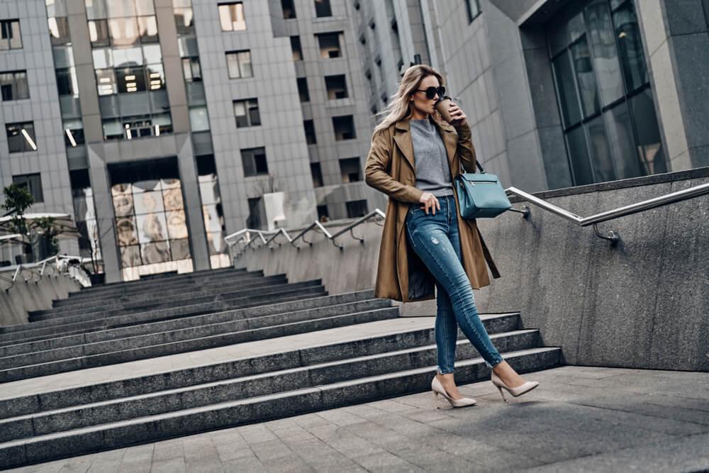 街を歩くおしゃれな女性