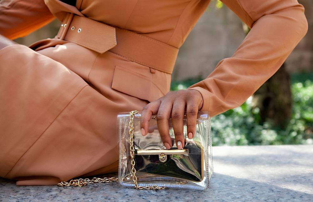 PVCバッグを持つ女性