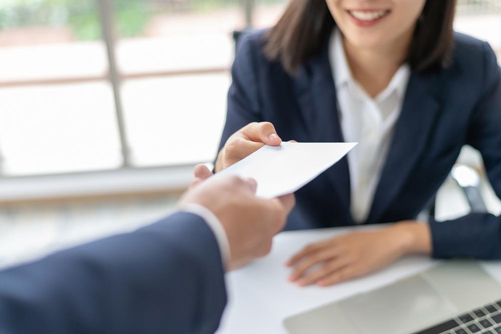 オフィスで封筒を受け取る女性