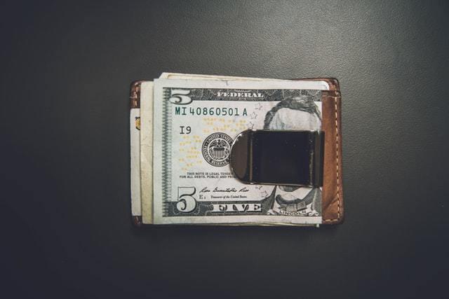 5ドル札が挟まれたマネークリップ