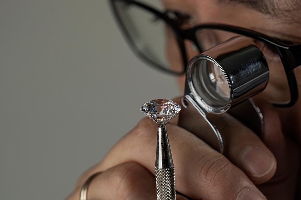ダイヤモンドを査定するメガネの宝石商