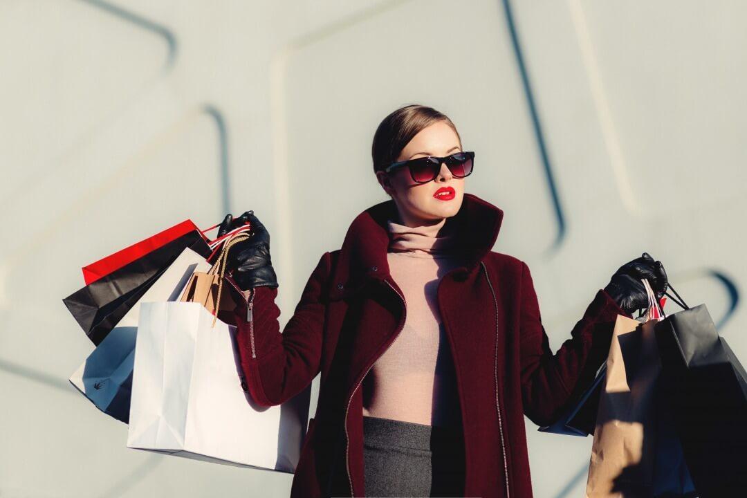 買い物袋をたくさん持った女性