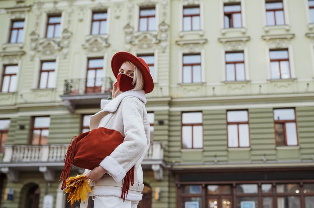 マスクを付けて街を歩く女性