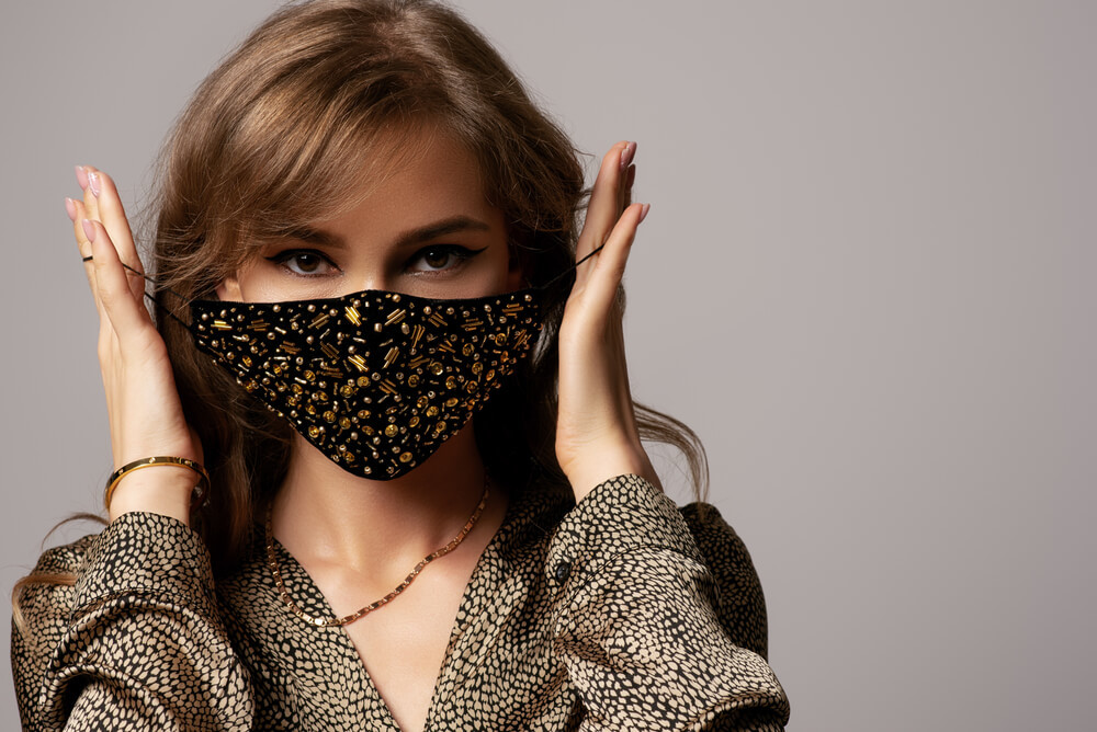 マスクのひもに手をかける女性
