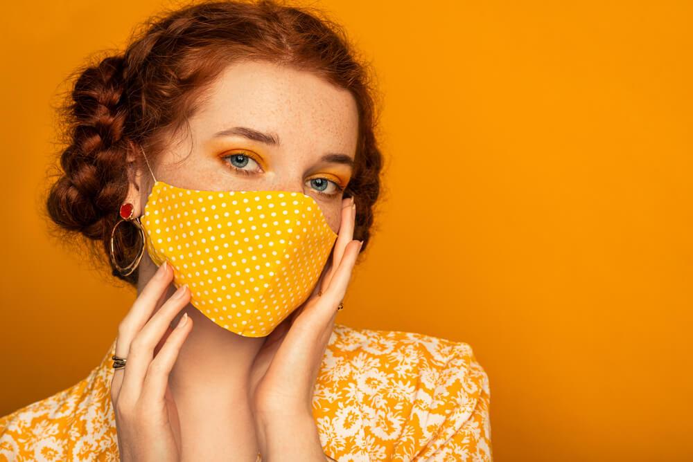 黄色のマスクの女性