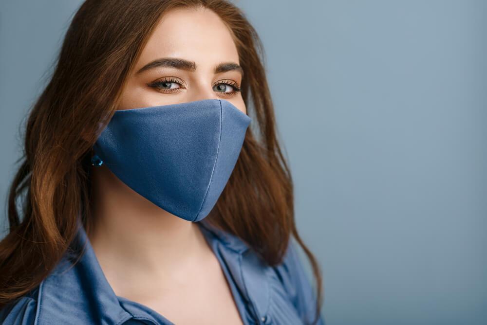 青いマスクをつけた女性