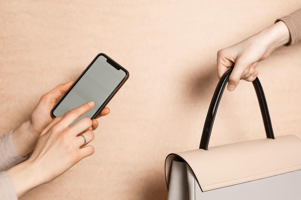 スマートフォンでハイブランドのバッグを撮影