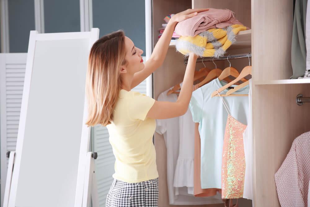 服を取り出す女性