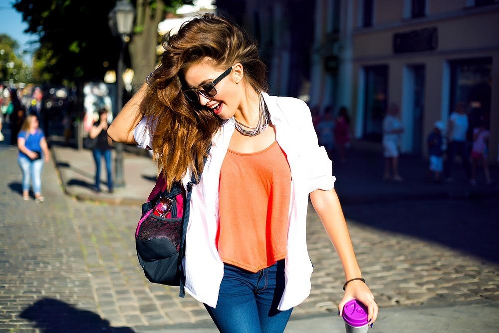 お気に入りのバッグで軽快に歩く女性