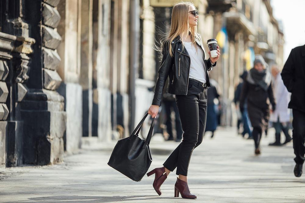 ブラックコーデで街を歩く女性