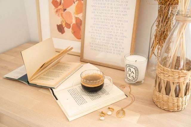 テーブルの上に並ぶ本やアクセサリー
