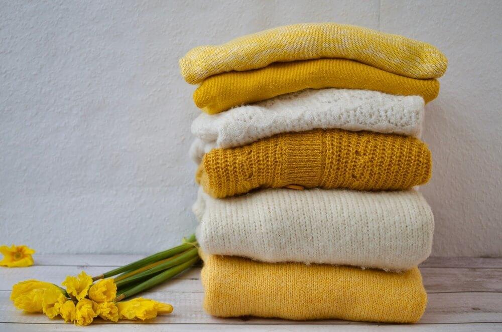 畳んだ黄色のニット