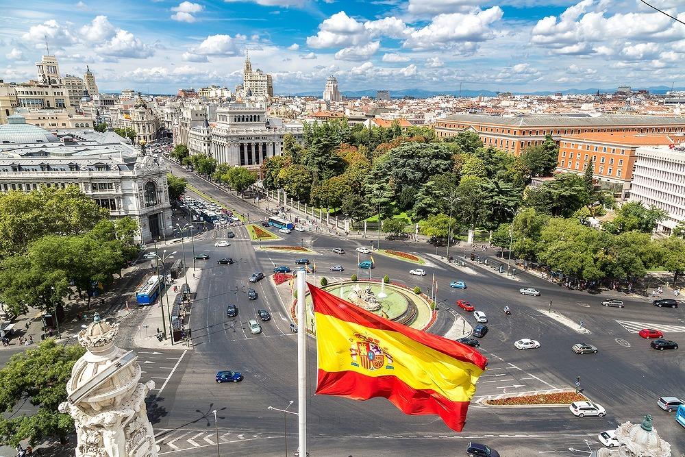 スペインの国旗と街並み