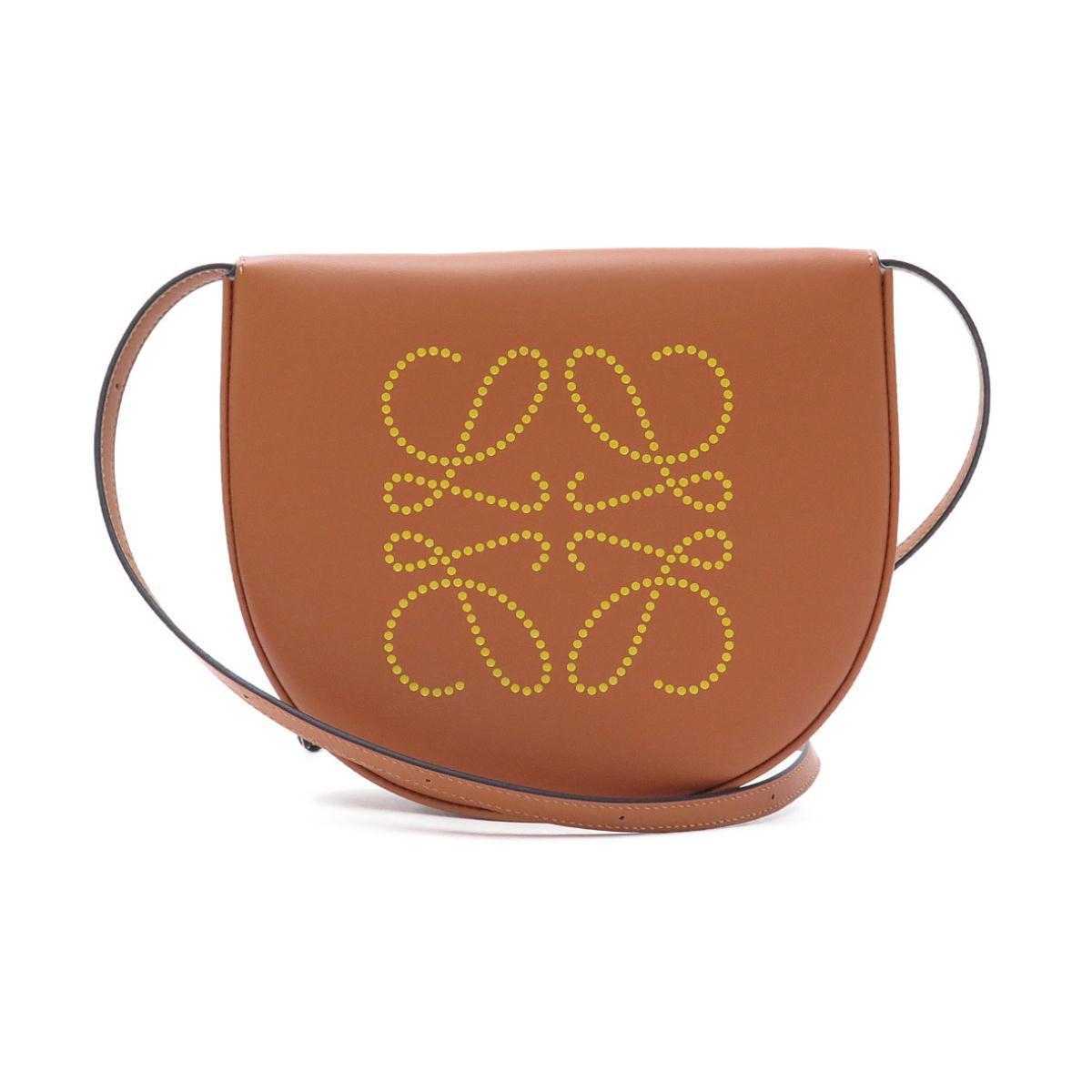 ロエベのエンブレムが刻まれたバッグ