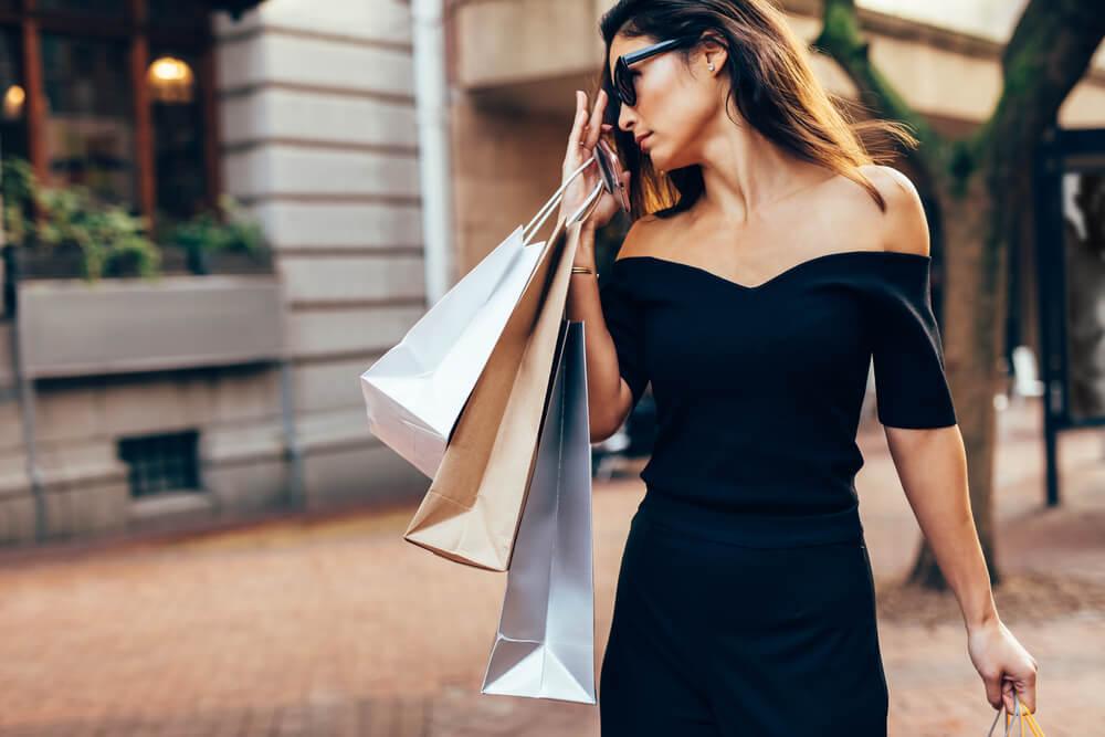 ショップ袋を持ったセレブな女性