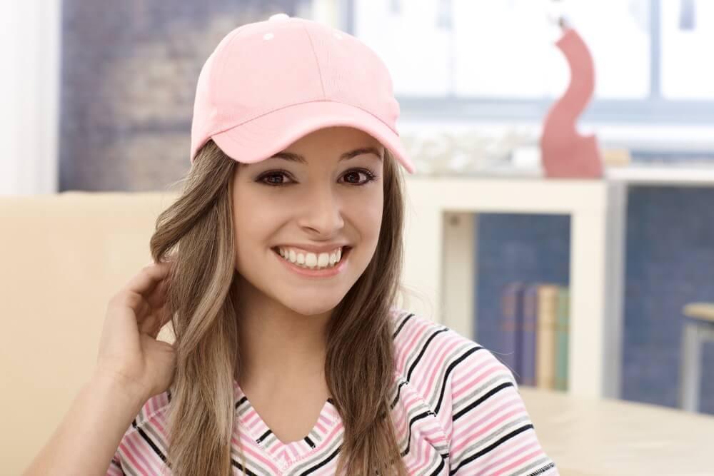 ピンクのキャップを被る女性