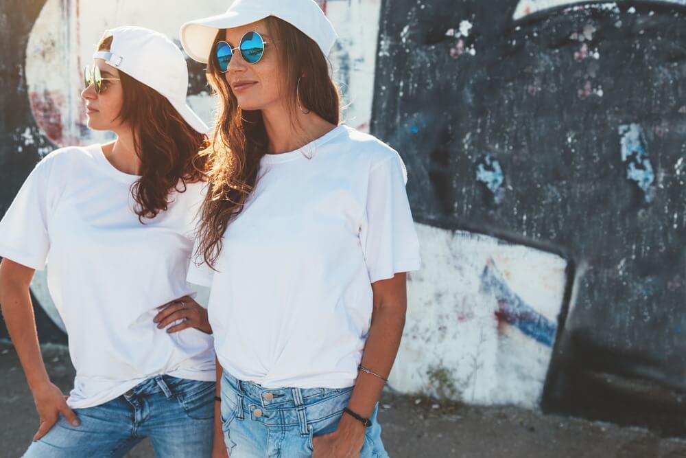 白いキャップを被った2人の女性