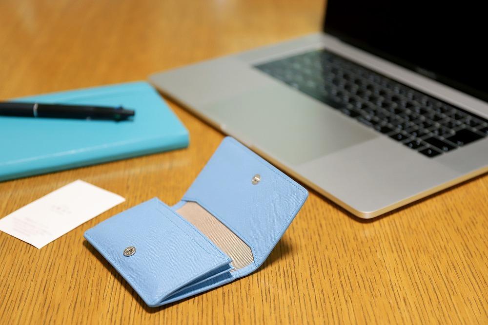 ブルーの名刺入れと手帳、ノートパソコン