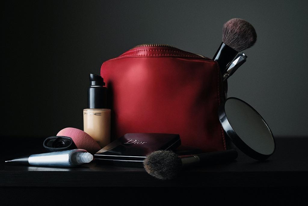 赤いポーチとメイク道具