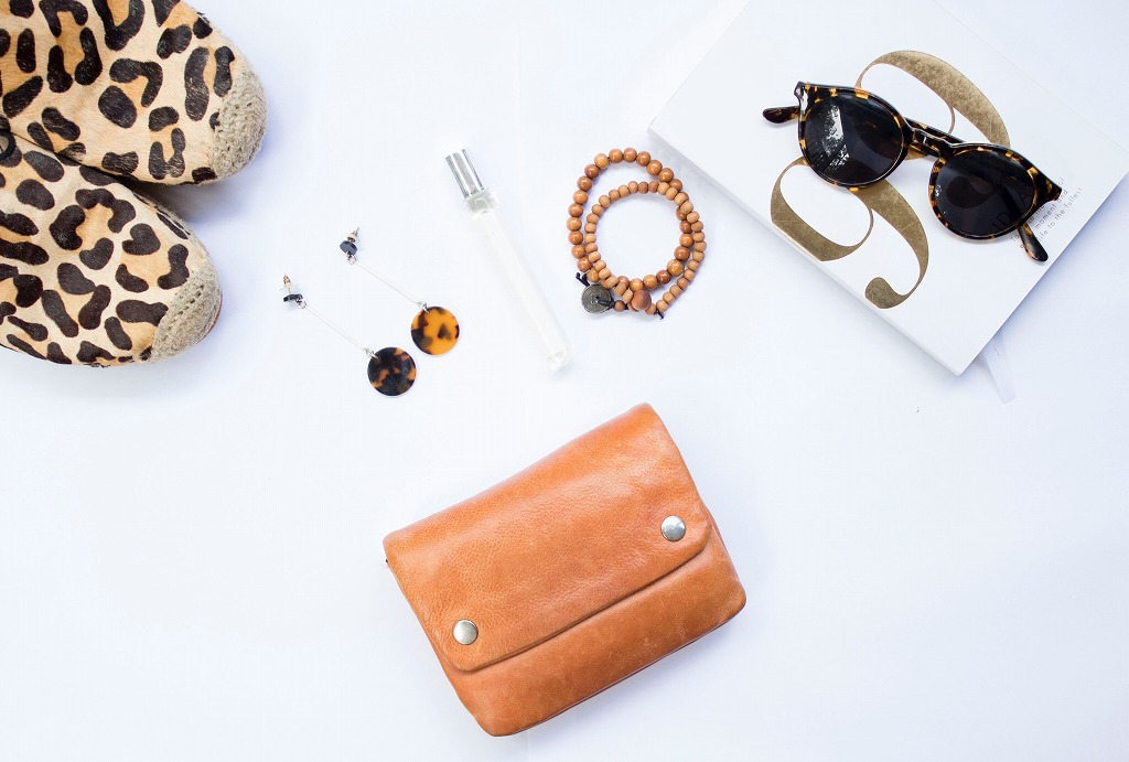 さまざまなファッションアイテムと財布