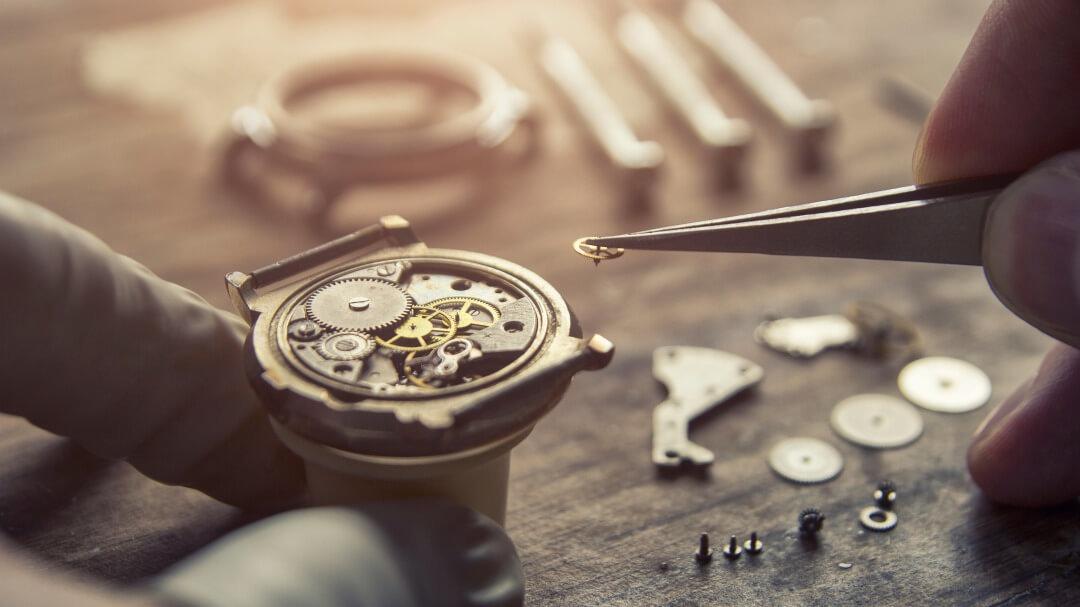 時計を修理する手