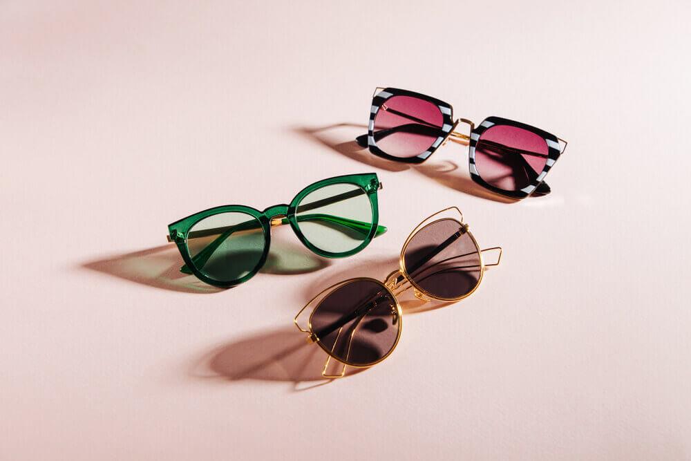 ピンクの背景に3種の異なるサングラス