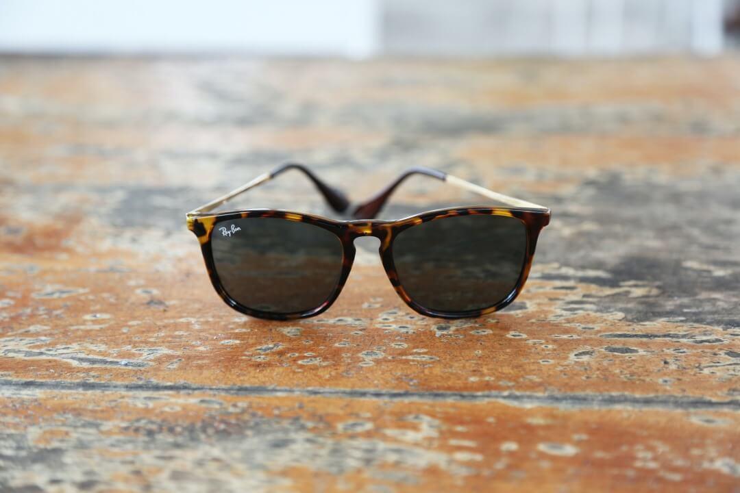 地面に置かれたレイバンのサングラス
