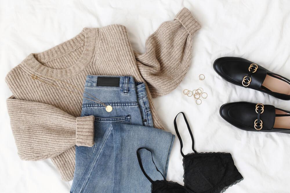 ローファーとセーター、デニムパンツのコーディネート