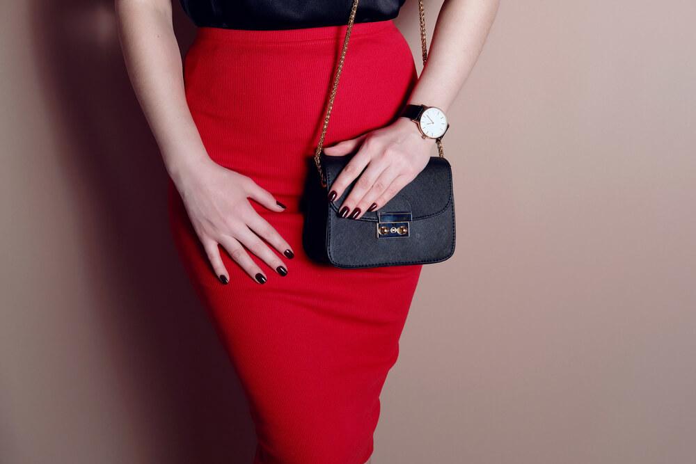 赤いタイトスカートをはいた女性