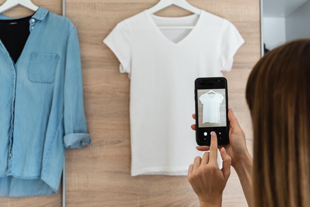 Tシャツの写真を撮る女性