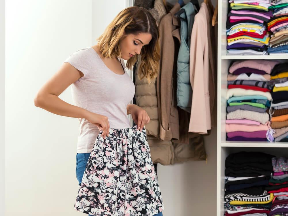 スカートのサイズをチェックする女性