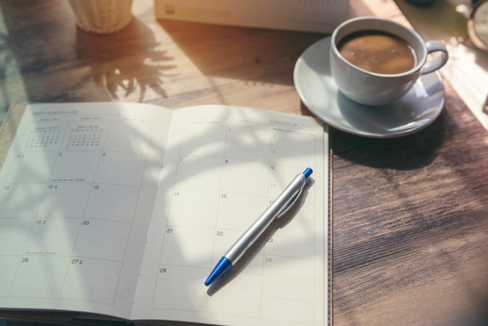 スケジュール帳とカフェラテ