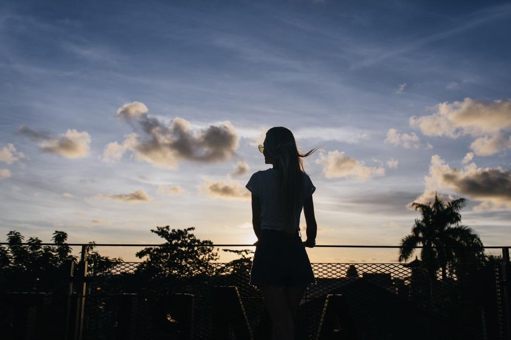夕焼けを見る女性
