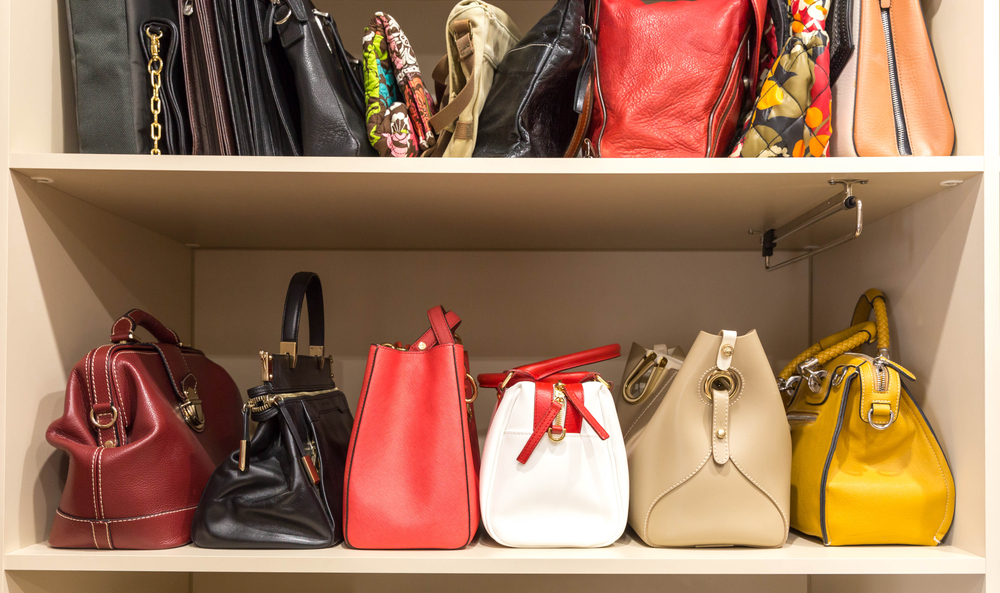 棚に並べられたさまざまなバッグ