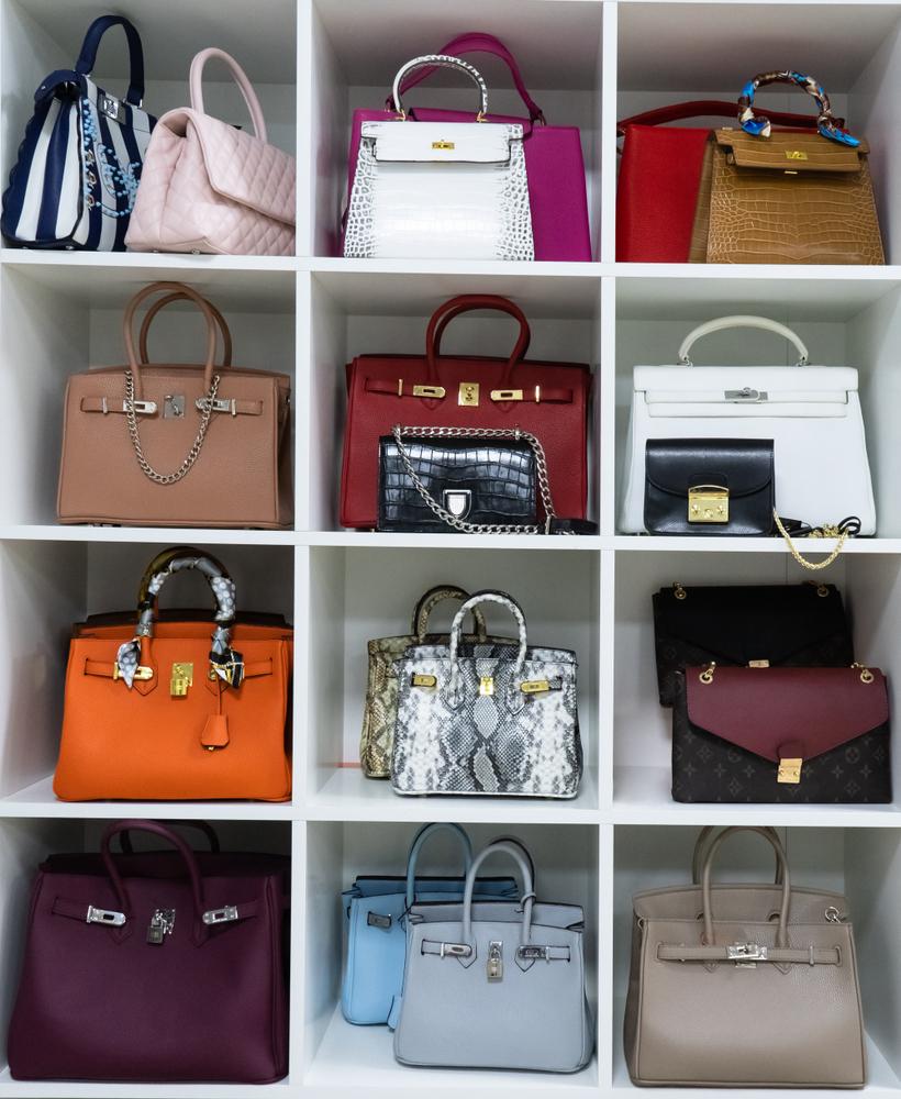 キューブ型の棚に正面向きで並べられたバッグ