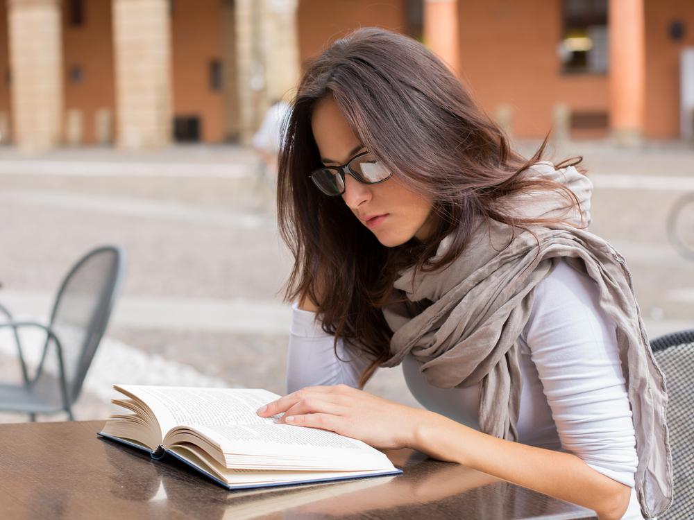 読書をするストールを巻いた女性