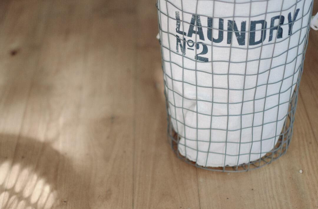 床の上のランドリーバッグ