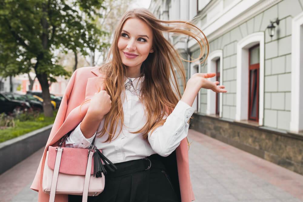 ピンクのコートの女性