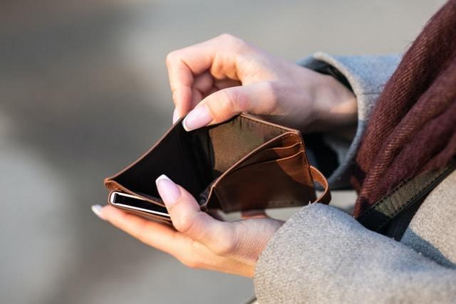 革財布を開く女性の手元