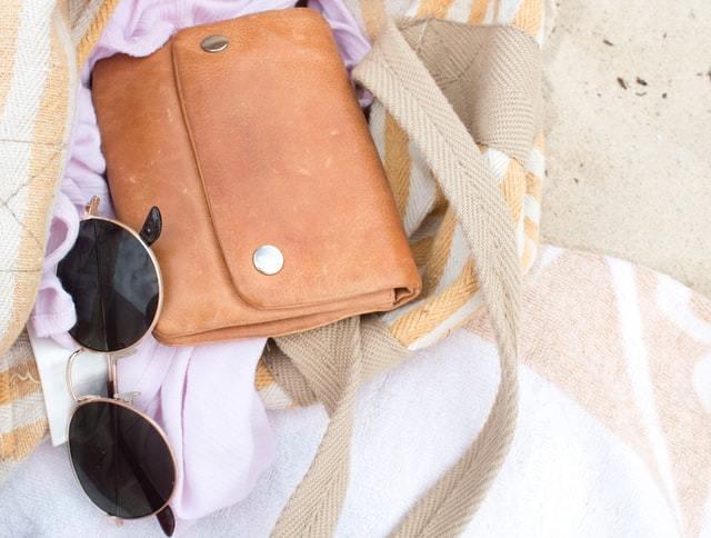 バッグの中の財布とサングラス