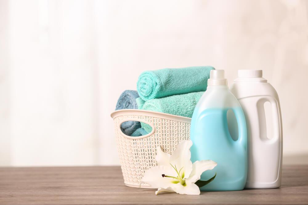 テーブルに置かれたタオルと洗剤