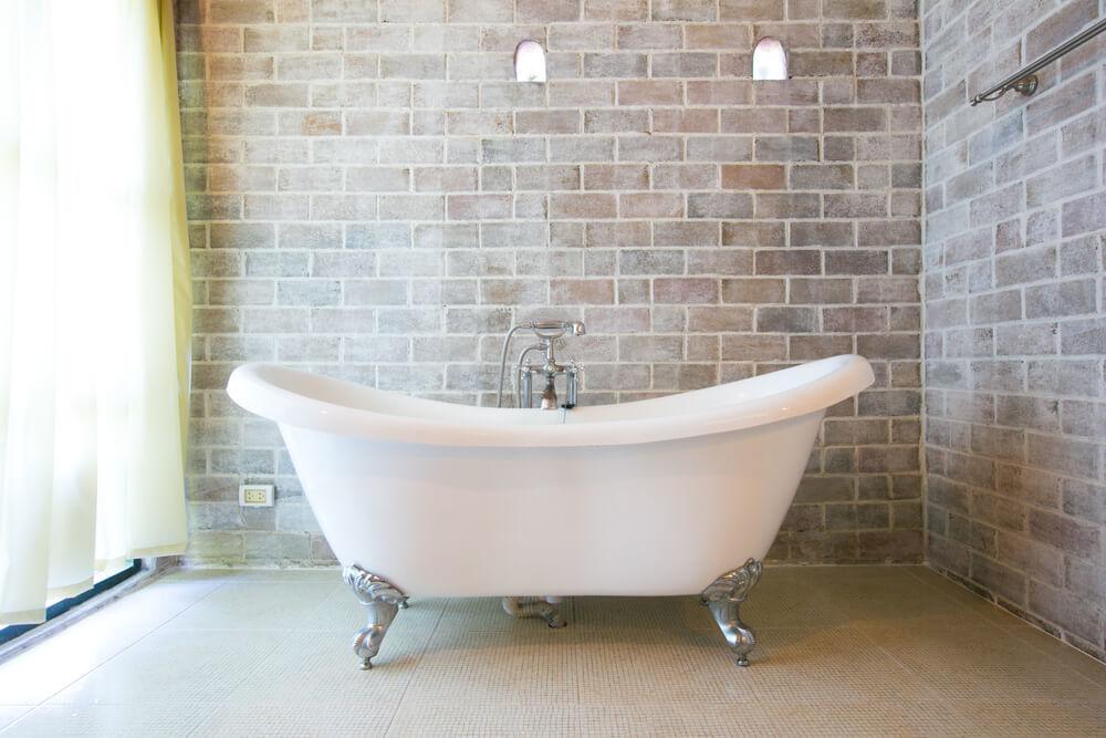 浴室に置かれたバスタブ