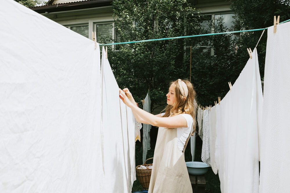 洗濯物を外干しする女性