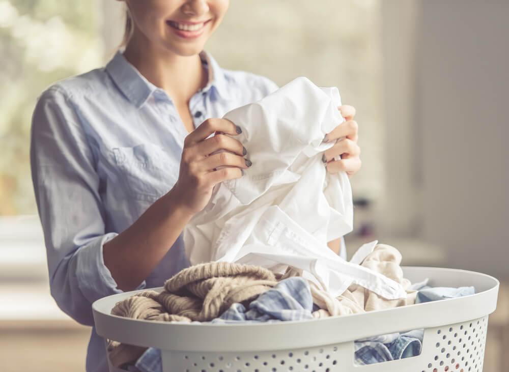 洗濯した衣類を手に取る女性