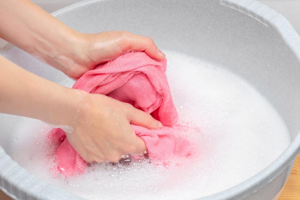 洗濯物を手洗いする女性