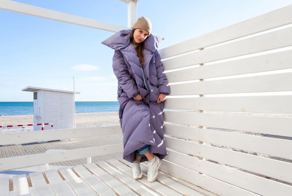 ロング丈のダウンコートを着た女性