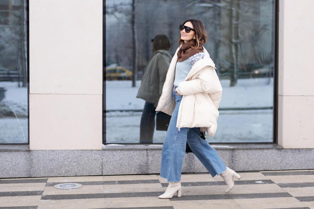 ダウンコートを抜き襟風に着た女性