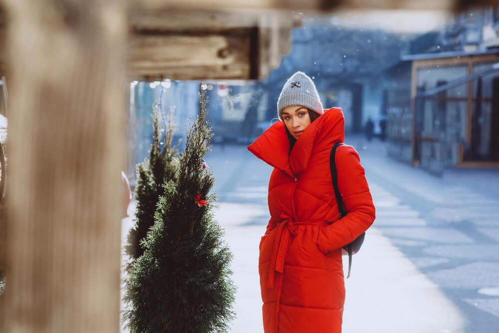 赤いダウンコートを着た女性