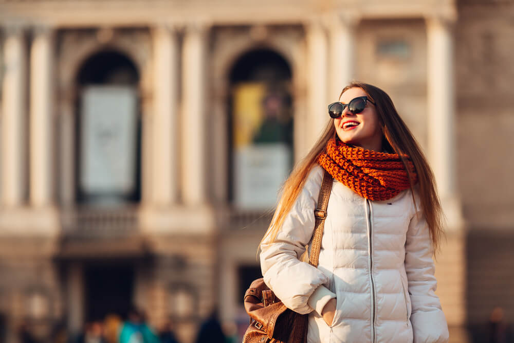 ダウンコートを着た笑顔の女性